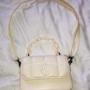 En superfin handväska som jag fått i present, säljer den för att den inte kommer till använding. Vit / beige aktig färg.  Det långa bandet går att ta av :) Kan mötas upp i Göteborg eller frakta (köparen står för frakten)!✨🦋