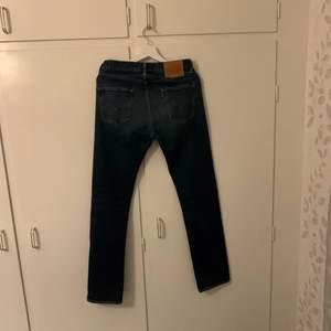 Levis jeans i bra skick i en mörkblå färg. Pris kan diskuteras:)