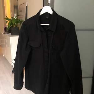 Jättefin svart overshirt/skjortjacka från Monki. Storlek S men passar lätt en större beroende på hur man vill att den ska sitta. Använd ca 5 gånger