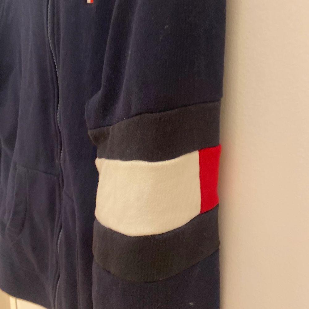 Säljer denna snygga Tommy Hilfiger tröja då den aldrig kommit till användning. Nypris: ca 900. Storlek 164 (som en xs).. Tröjor & Koftor.