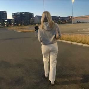 Säljer mina vita weekday jeans, storlek 29/30 alltså S/M beronde på hur lång du är