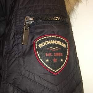 Säljer min Rock & blue jacka som är använd en vinter, storlek 36 men passar upp till storlek 38, finns inget slitage eller fel på jackan, den ser ut som ny.                                                                                Säljer för 1990kr.                                                       Nypris 3699kr.                                                             Dm för fler bilder.