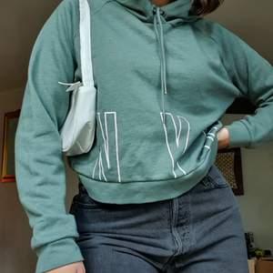 Säljer denna jättefina, lite croppade, gröna hoodie från usa💚 Köpt för ca 3 år sen, men aldrig använd. Storlek M och passar fint på mig som har s/m i vanliga fall. Jättemysig på insidan. Tveka inte att höra av dig om du har frågor💚