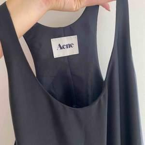 Klänning från Acne i siden-liknande material. Superfint skick, säljer då den blev lite för stor på mig