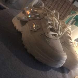 Helt nya vita chunky sneakers med holo detaljer i strl 38, aldrig använda endast prövade! Säljer pga att jag beställde i fel storlek. Säljer för 200 kr med gratis frakt!