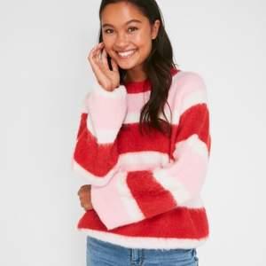 Populär stickad rosa/röd randig tröja från Pieces. Gott skick! Passar XS/S!🤍💋