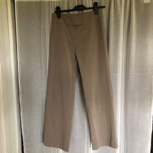 Säljer mina älskade byxor som är för små. Bra kvalite och är lite korta i benen på mig som är 174 cm. Supersköna. Köparen står för frakt.