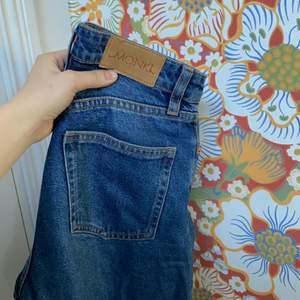 Säljer dessa jeans från Monki i modellen Yoko i fint men använt skick. Jeansen är i storlek 24