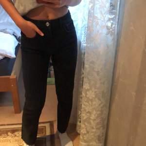 Helt oanvända svarta raka jeans ifrån Zara💕Buda!