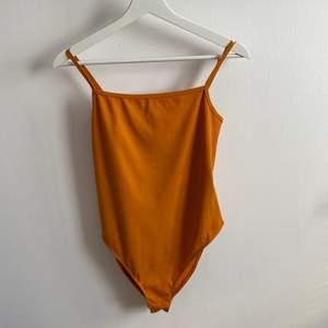 orange ribbad body från ginatricot, knappt använd! strl. L, banden är justerbara