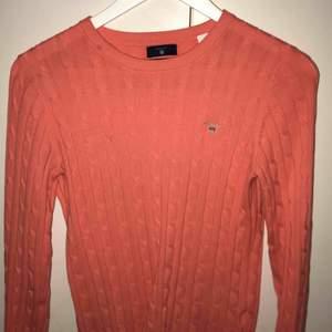 Två superfina gant tröjor som är i perfekt sick. Säljer båda tröjorna tillsamans för 800 kr, den coral rosa tröjan är i storlek S och den marinblåa är i storlek M. Om du bara vill ha den ena så är det bara att säga till. Nypris var en tröja för 1000 kr