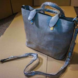 Hey. A new beautiful women bag here. If you have any questions, just let me know. And I am in Germany, I would like to send this bag free anywhere in Europe. Thank you.