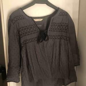 En blus från Odd Molly i storlek XS men passar även dig som har S i storlek. Äkta blus som är köpt från boozt för cirka 3 år sedan. Den är använd cirka 5 gånger och är jättefin. Finns en bild på mig när jag bär blusen :)