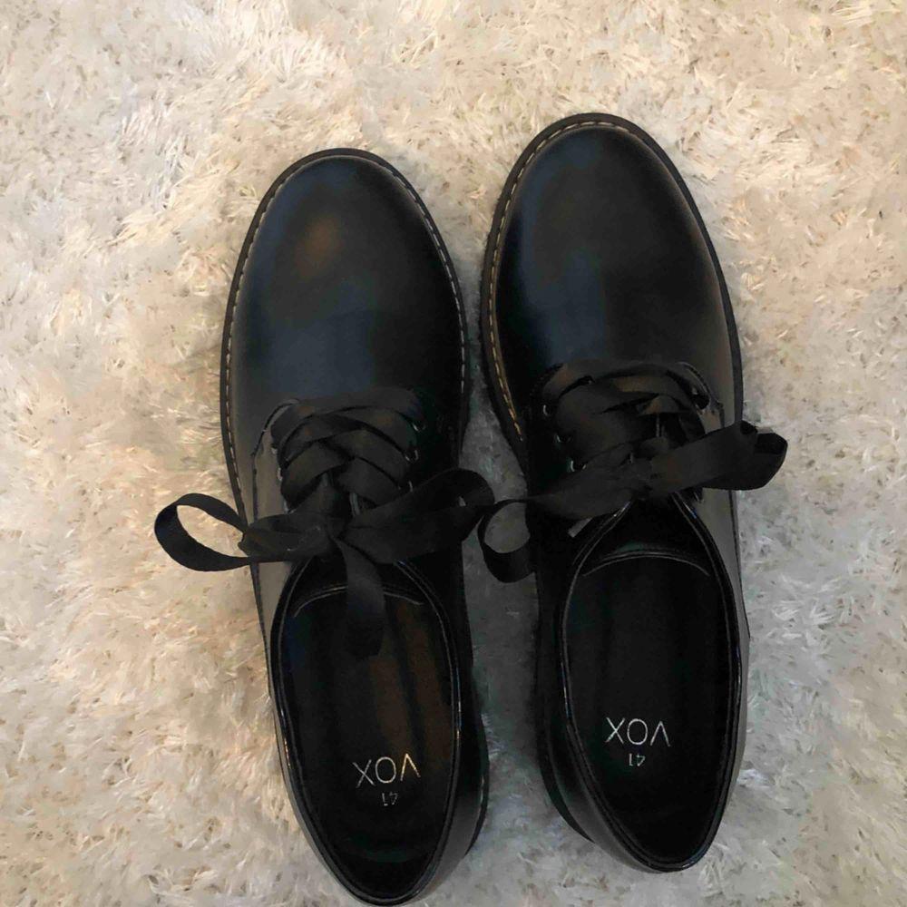 Fina skor från märket VOX, aldrig använda endast provade! Köparen står för frakt! Endast swish! :) . Shorts.