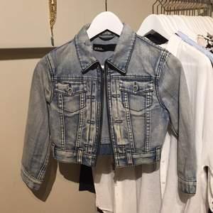 Jeansjacka från ZOUL/MQ storlek 34. Kort modell med  korta ärmar. Snyggt jeanstyg som ser lite slitet ut. Detaljer i silver. Mycket sparsamt använd.