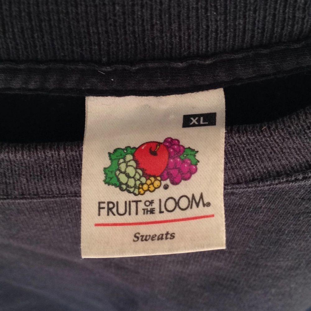 Fruit of the Loom tröja, svart (lite urblekt). . Huvtröjor & Träningströjor.