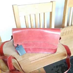 Helt nya väskor från Bianco köpte på sommaren väldigt fint,läppar är kvar fast priset är 250kr. ljusvinröd på färgen.