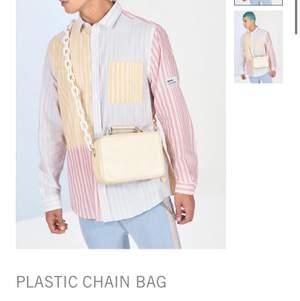 Säljer min beige Axel väska. Beställde en lila men fick hem fel:/ total beloppet blev 200kr.