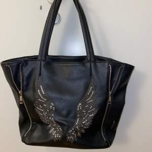Säljer denna söta svarta väskan med jätte stort utrymme! Perfekt inför skolan, resa, helt enkelt när du behöver packa mycket grejer!☺️ den har en liten målarfärgfläck (kolla bild nr 2) som man ej märker av🥰 40kr + frakt😊