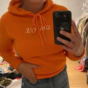 Orange hoodie, med tryck. Frakt tillkommer, liten i storlek.
