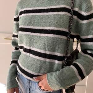 sweatshirt från h&m som ej kommer till användning längre✨den är använd men i bra skick💫⚡️pris ink frakt