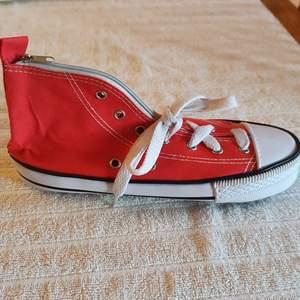 Säljer ett pennfodral som ser ut som sneakers ❤ är väldigt rymlig och praktisk samtidigt som ger en kul detalj!