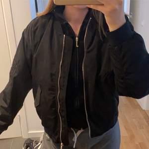 Säljer denna super snygga oversized jacka med coolt sydd där bak, från Monki! Inte min stil längre därför jag säljer denna, storlek S men passar även M då den är oversized:) säljer för 100kr + frakt💞