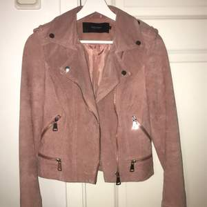 Säljer min jacka i mocka material då den inte kommer till användning. Köpt i Vero Moda för 900kr. Meddela för fler bilder.