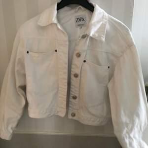 Vit jeansjacka som är croppad men oversize. Storleken är xs men den är oversize på mig som har xs ändå. Nytvättad så vit och fin, inga fläckar på den. Ser ut som ny. 60kr frakt tillkommer.