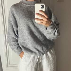 Super mysig grå tröja att ha på hösten🥰Den är lite nopprig men inget som syns. Den är såklart i bra skick och jätte mysig och mjuk🥰