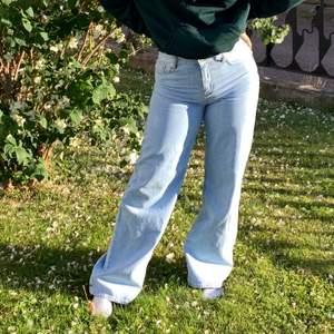 (Första bilden e gammal) As balla och populära jeans från Junkyard, välanvända men ser ut som nya. Klippt av dom en centimeter längst ner men är fortfarande extremt långa (är 173 cm), har även sytt in dom en centimeter men de ö ingenting som märks så dom är fortfarande i sin vanliga storlek enligt mig. Säljer då jag aldrig använder dom längre. Köpta för 499 och säljer för 200kr☺️ Frakt tillkommer💙