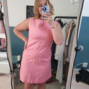 En riktig 60-talsesque rosa klänning, för en finare tillställning, eller då man vill stila upp vardagen. Sitter bra på mig som är 167cm och brukar ha storleken 40 eller S/M. Använd till ett bröllop en gång, annars som ny! Köptes för 699kr, men då den är skräddarsydd till mig säljer jag för bara 199kr!