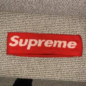 """Supreme headband från FW18 droppet från supremes hemsida, detta är den """"icke-reflekterande"""" versionen, hyfsat skick, otroligt bra pris! Skriv till mig för frågor! BUD:150 BIN:250 Du står för frakten ifall det ska skickas!!!"""