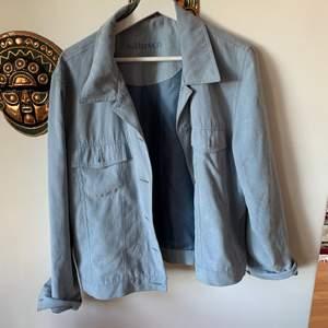 Fin sommar/höst jacka som har fejk mocka material. St 42 men passar bra på mig som bär 34/36. Säljer för 120kr.💗