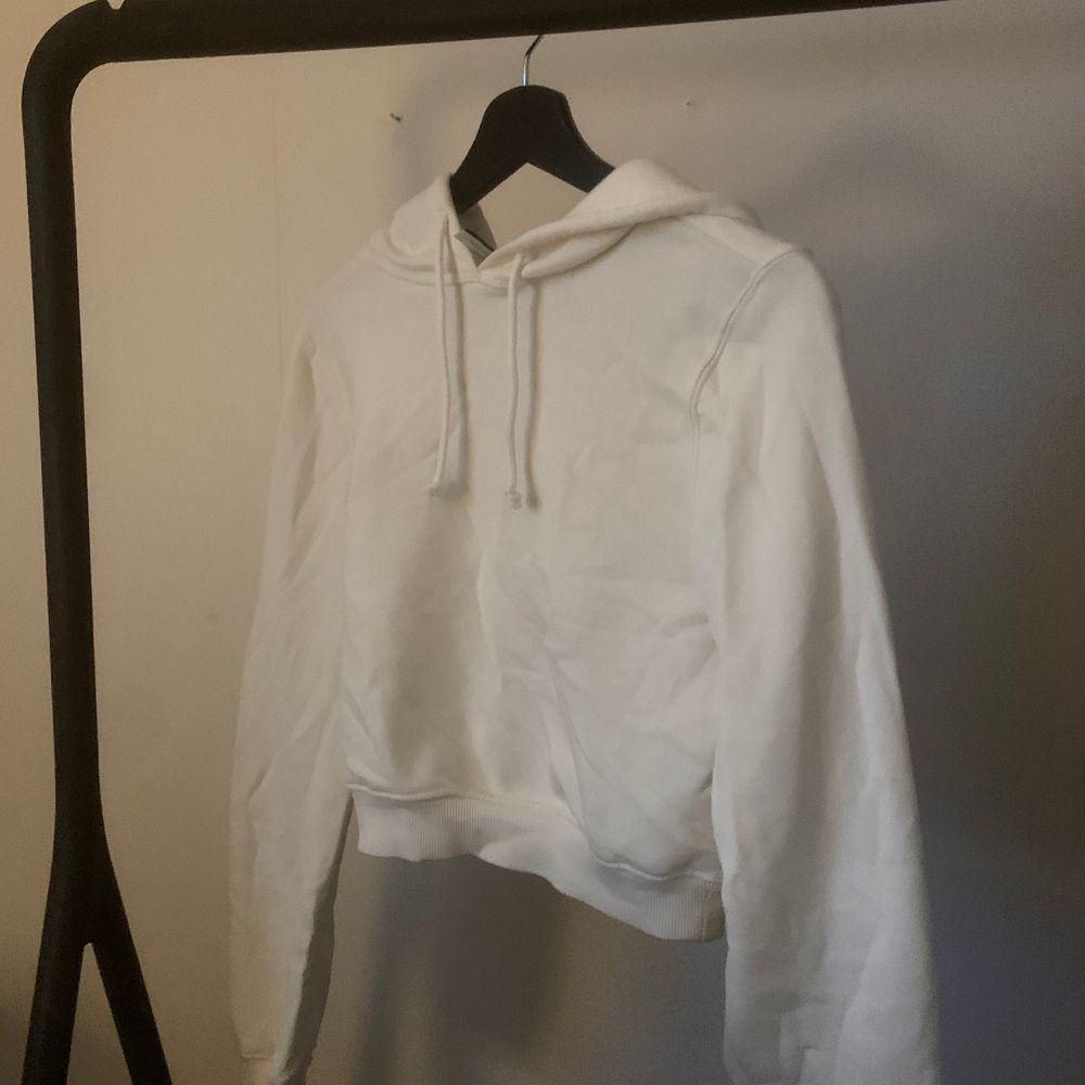 croppad vit hoodie från nelly, nästan oanvänd! 🧡. Huvtröjor & Träningströjor.