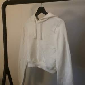 croppad vit hoodie från nelly, nästan oanvänd! 🧡