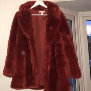 !! inte äkta päls!! kappa/jacka från H&M som är perfekt nu till hösten/vintern 🥰 Osäker på fraktkostnad men kan lätt kollas upp :) meddela om du är intresserad eller har frågor, svarar jättegärna 😁 Köparen står för frakt