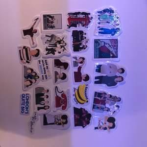 hej!! Jag säljer egengjorda klistermärken på one Direction och Harry styles (jag kan även göra av dom andra bandmedlemmarna)  Klistermärkena kostar 5-10kr beroende på storleken, dom små kostar 5kr och stora kostar 10kr💘  Frakten är 11-22kr beroende på hur många klistermärken man köper :) och köparen står för frakten❤️  Skriv privat eller i kommentarerna vilka ni vill köpa, ni kan välja av dessa på bilderna eller så kan ni skicka bild på andra motiv ni vill att jag ska göra klistermärken av🌼  Jag tar bara Swish, och jag skickar bara (möts ej upp) ✨  Från att ni beställt vilka ni vill ha tar det ca 1-2 dagar tills att jag skickar (det beror på om jag redan har klistermärkena eller om jag måste göra dom)💘💘   #onedirection #klistermärken #stickers #harrystyles #louistomlinson #liampayne #niallhoran #zaynmalik