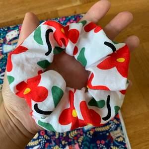 Handgjord scrunchie, 15kr/st + 12kr frakt (om du köper något från mig kan du få det för 10kr/st + gratis frakt) 🦄💕💕💕