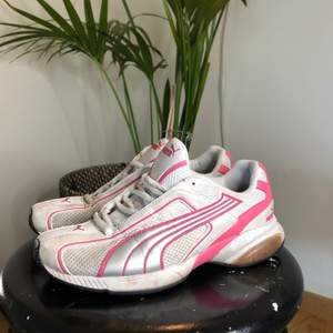 Sjukt snygga sneakers från puma. Väl använda så dom ser lite slitna ut. Storlek 38. Fri frakt