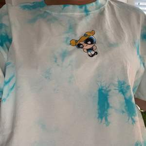 Oanvänd powerpuff girls t-shirt i storlek M från bershka💕 köparen står för frakt 🚚  ( tjejen på bilden är en storlek S)