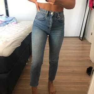 Högmidjade jeans (petite), använda ett fåtal gånger. Mycket bra skick!