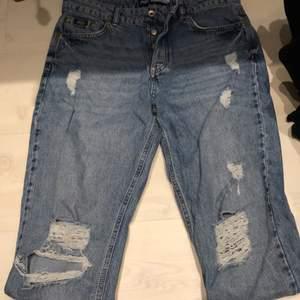 """Snygga superdry """"harper boyfriend"""" jeans köpta något år sen. Använt en gång och aldrig använt igen för de inte sitter bra på mig. Inga slitningar utanför hålen i knäna. Möts upp i malmö eller postas, köparen står för frakten. Pris kan diskuteras"""