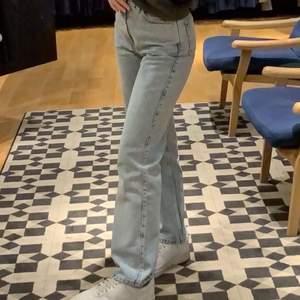 Jeans från weekday i modellen rowe. Dom är förstora för mig tyvärr så säljer dom vidare till någon som passar bättre i dom. Jag är 1,69cm. Första bilden är min och andra bilden är från weekdays hemsida. Köparen står för frakt!