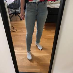 Ljusa tajta jeans som är slitna längst ner, de sitter sååå skönt och är väldigt stretchiga, säljer då jag inte gillar att ha tajta jeans. Nypris 600kr