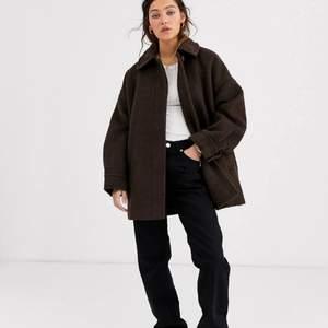 Fin varm vinterjacka från Weekday i modellen Judy, den är just nu slutsåld säljer den för 400kr inkluderad frakt eftersom den är väldigt tung men priset kan diskuteras! Skicket bilder efter förfrågan :)