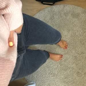 Ett par jeans från Gina Tricot som har en lite gråaktig färg! De är lite utsvängda nertill och är lite fransiga! Säljer pga att de inte kommer till användning! Väldigt fina! Storlek 40💗