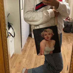 En fin väska med Marilyn Monroe tryck på. Köpte den i Grekland men har aldrig kommit till användning då den är inte min stil längre. Så fin och får plats till mkt saker i😊. Skiv om du vill ha fler bilder🥰❤️.