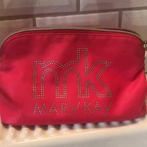 Fin mk necessär fin på utsidan sminckfläckar på insidan men inget som färgar av sig då den är ur tvättad noga