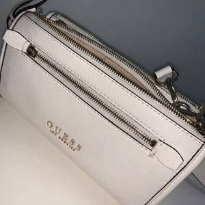 En fin, vit GUESS väska, aldrig använd. Priset kan diskutera